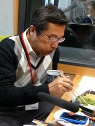 『芝大門 更科布屋』の三種類の蕎麦をいただく弘兼憲史さん