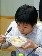『めん庵』のカツ丼を届けてくれたのは阿藤さんいただくのは・・・若手スタッフ?!