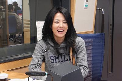 スタジオでにっこり笑顔の井森美幸