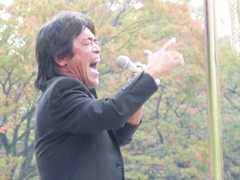 松崎さん熱唱.jpg