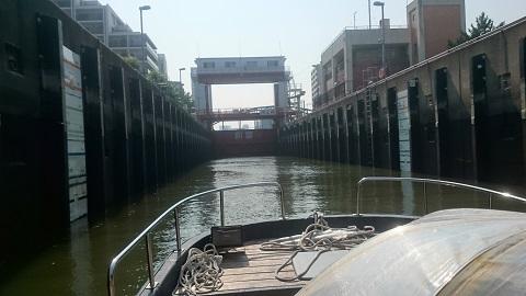 金魚船・門進入.jpg