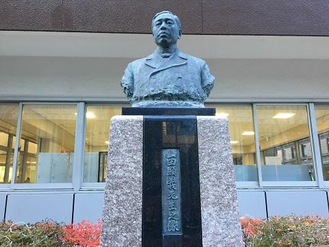 法学部・銅像.jpg