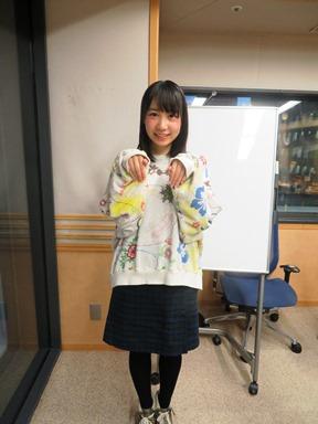 ミニスカート姿の夏川椎菜さん
