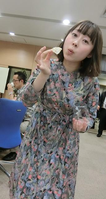菓子を食べる加納さん3月28日 (2).png