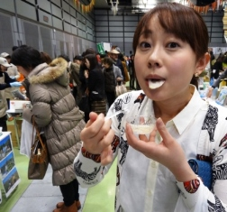 たまねぎを食べる女.JPG