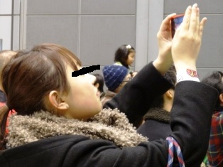 写真を撮る加納 クロ.jpg
