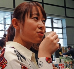 味噌汁を飲む加納.JPG