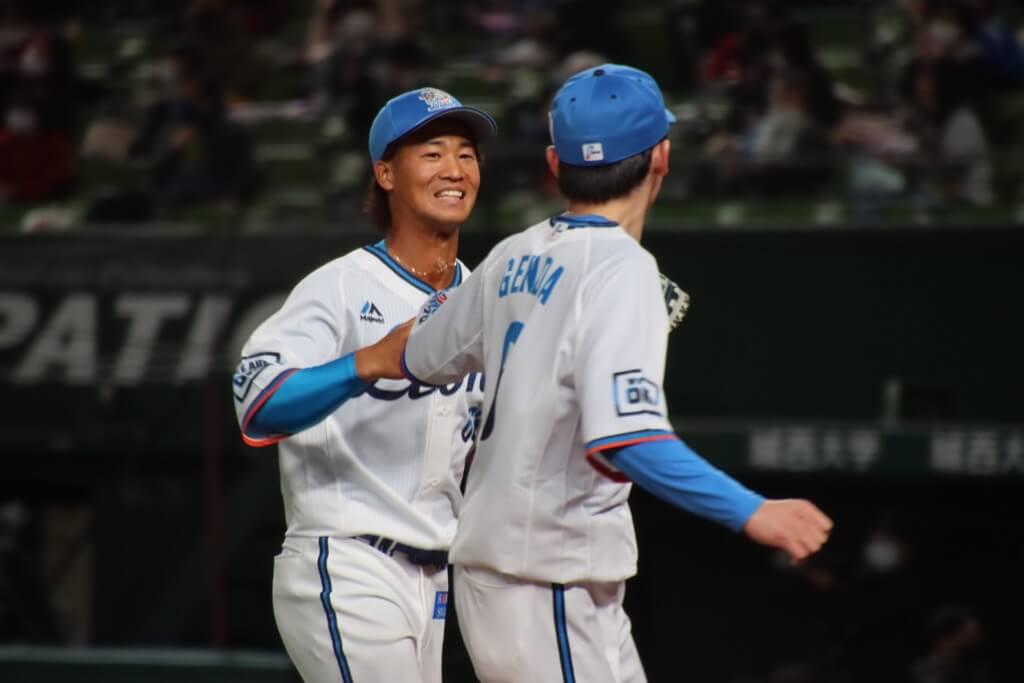 西武4年目の綱島龍生がプロ初出場!打球を軽快にさばき、源田と笑顔でグラブタッチ