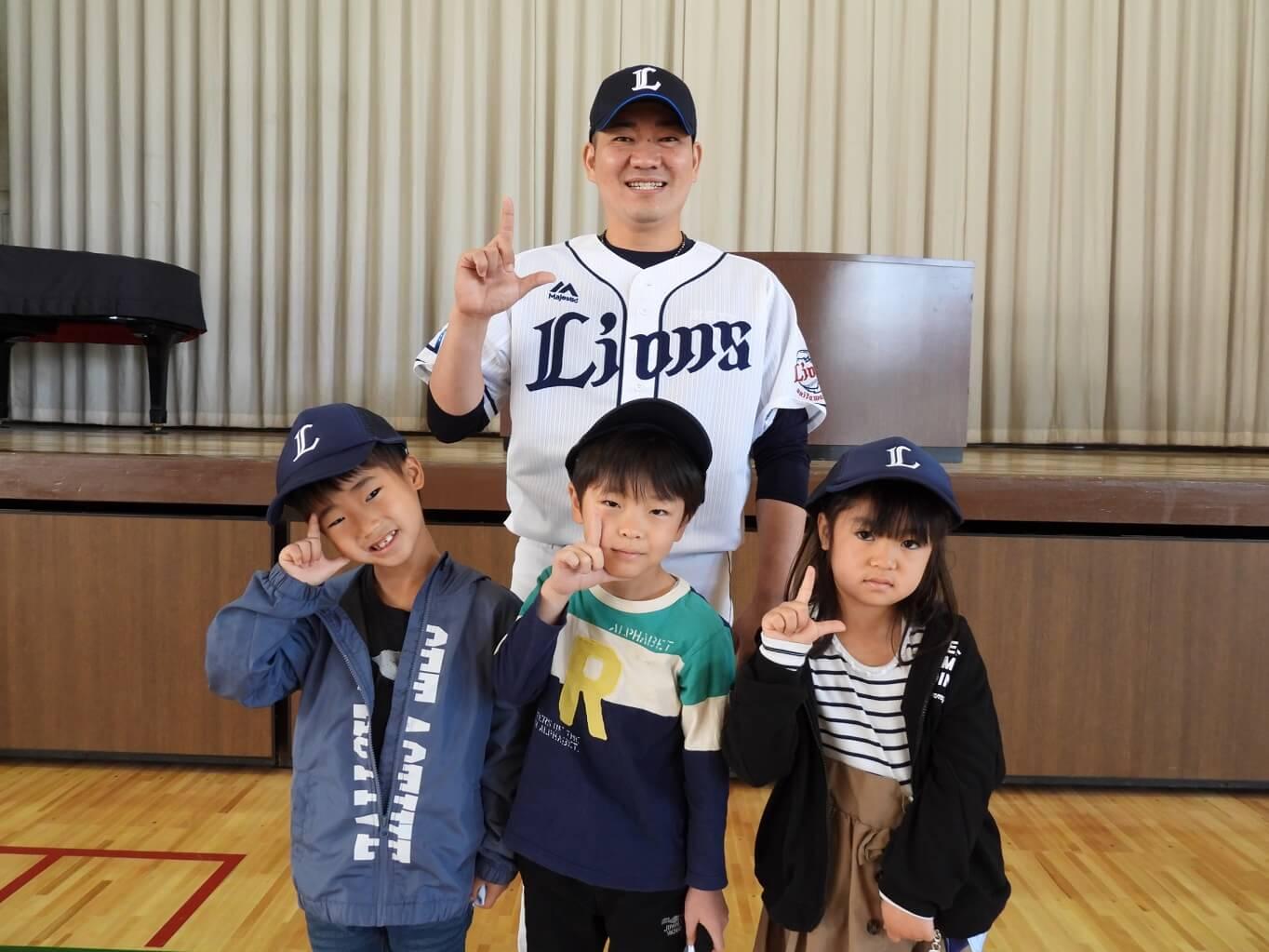 西武が今年も埼玉県内の小学1年生にキャップ配布!小手指小では再び髙橋朋己が贈呈式【L-FRIENDS】
